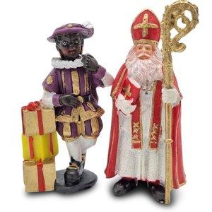 Typisch Hollands Sinterklaas und das Geschenk Piet stehend.