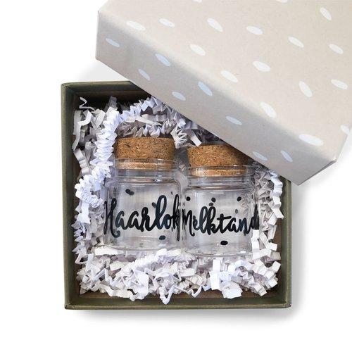 Hippe Kaartjes Haarlokje en melktandjes flesje  in cadeauverpakking  - Groot Grijsgroen