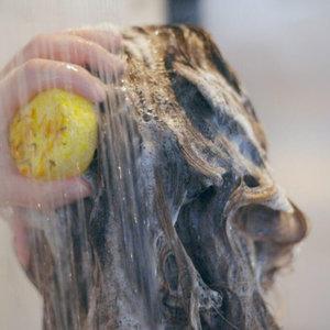 Happy Soaps Chamomile Down & Carry On Shampoo Bar – Beschadigd haar en geïrriteerde hoofdhuid