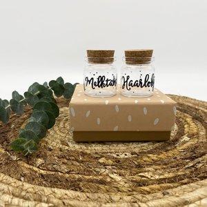 Hippe Kaartjes Haarlokje en melktandjes flesje  in cadeauverpakking  - Groot ZALM