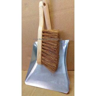 Stoffer en blik. Een schoonmaakset met stoffer en blik, geschikt voor binnen en buiten. Set metalen stofblik en handveger met houten steel en cocos haren. Veegblik met handveger . Stofblik met stoffer.