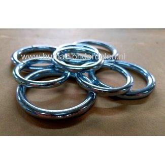 Ring 6x50mm Gelast en Verzinkt Ringen zijn Gelast en bestaan uit één geheel Ronde Ringen Verzinkt zijn voor zeer veel doeleinden geschikt Ronde Ringen worden veelal gebruikt om bijvoorbeeld Hondenriemen of Halsbanden te vervaardigen. Ook in de paard
