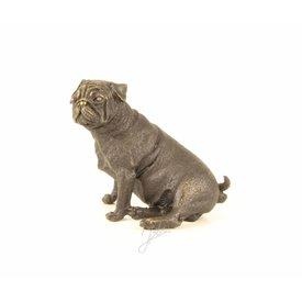 Een zittende mopshond