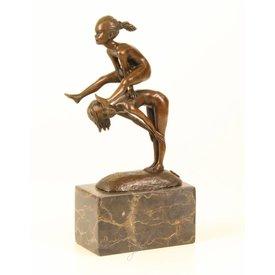 Bronzen sculptuur van kikkerspringende meisjes