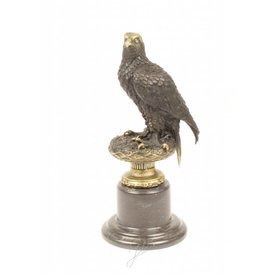 A BRONZE SCULPTURE OF AN EAGLE