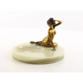 AN ONYX ASHTRAY MOUNTED WITH A BRONZE FIGURINE