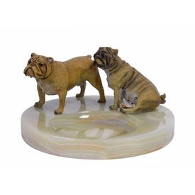 AN ONYX ASHTRAY MOUNTED WITH TWO BRONZE DOGS
