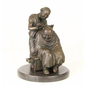 Bronzen sculptuur van kappersscene