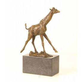 Bronzen sculptuur van een giraffe.