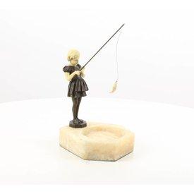 Marmeren asbak met vissend meisje