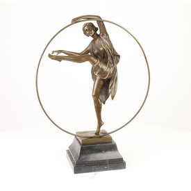 Bronzen beeld van een Georgische danser.