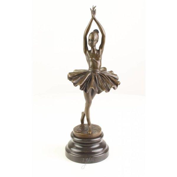 Een bronzen beeld van een ballerina in releve pose