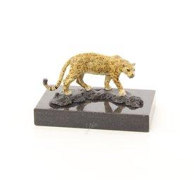 A sneaking jaguar
