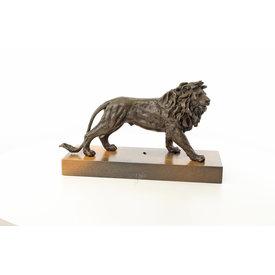 Een leeuw op houten voet