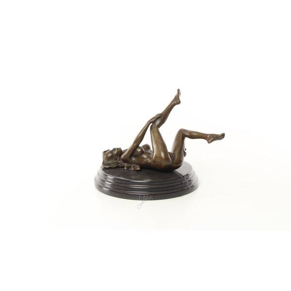 Een erotisch bronzen beeld van een liggende vrouwelijk naakt