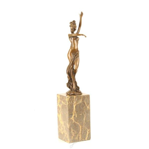 Een bronzen sculptuur van een dansend vrouwelijk naakt