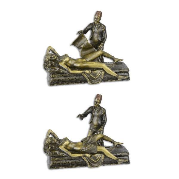 Een sculptuur in Weense bronzen stijl van een naakt vrouwelijk liggend op een bank