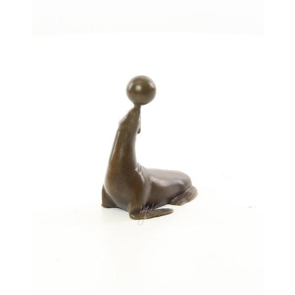 Sea-lion with ball Bronzen sculptuur van zeeleeuw met bal op de neus