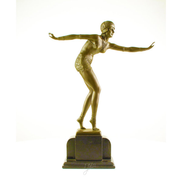 A bronzen sculpture of a Phoenician dancer