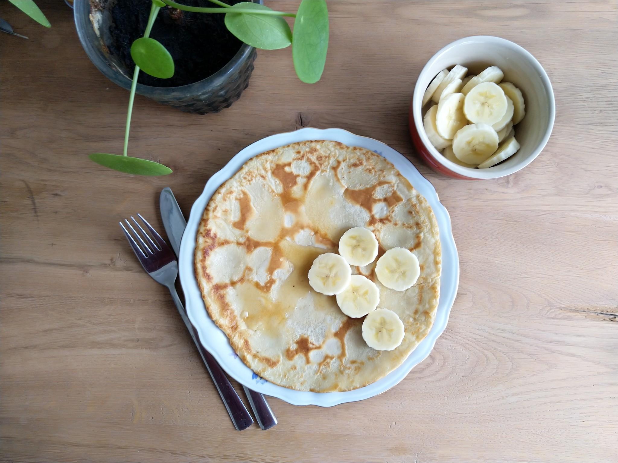 Pannenkoeken van Bakbananenmeel en verse banaan op bord