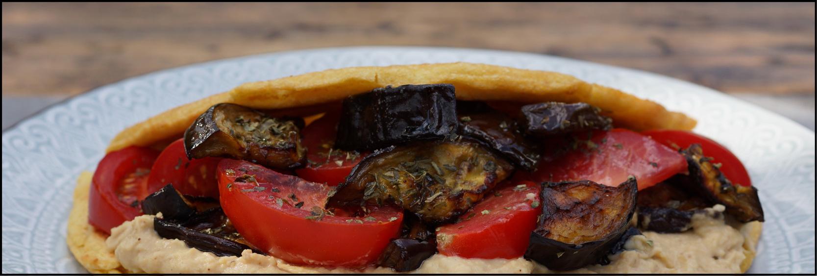 Vegan omelet met hummus, geroosterde aubergine en tomaat