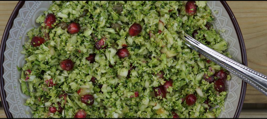 Broccolicouscous met kappertjes, granaatappel en appelvinaigrette
