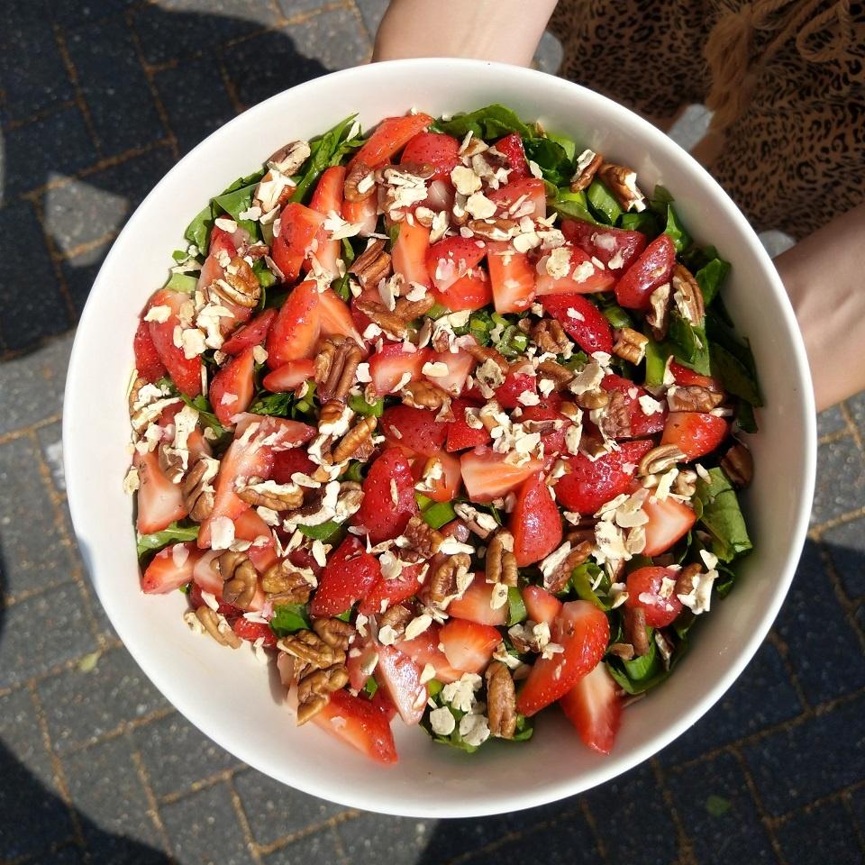 Spinaziesalade met aardbeien en pecannoten