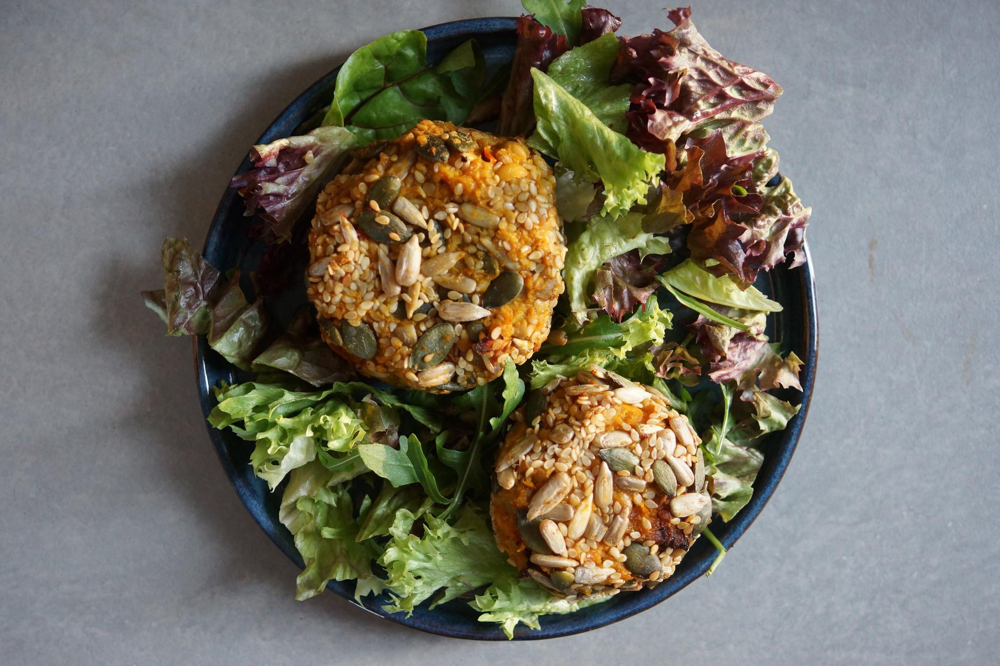 Vegetarische bloemkoolburgers met pompoen en kikkererwten