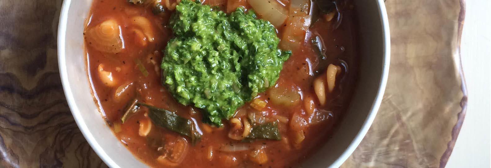 Maaltijdsoep met groente, linzenpasta en pesto
