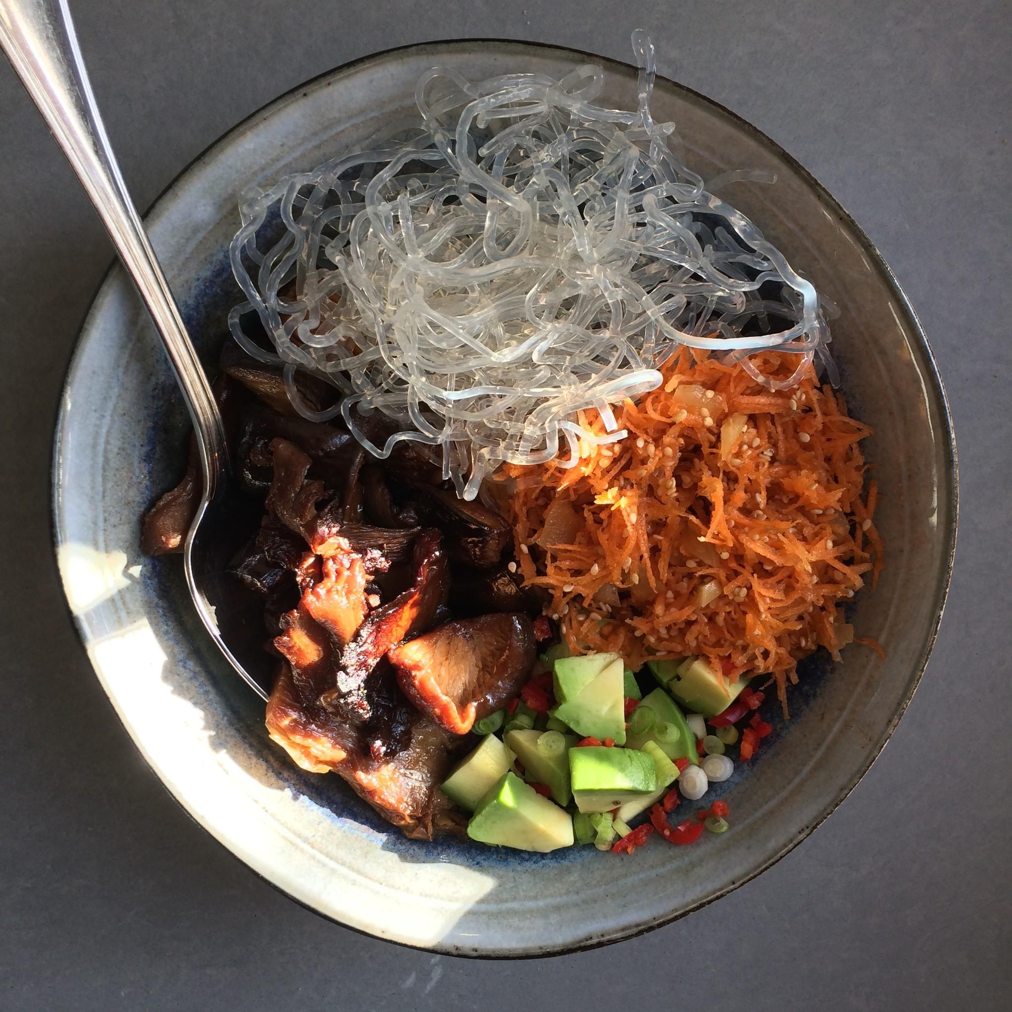 Gezonde bowl met avocado, wortel, kelpnoedels en paddenstoelen