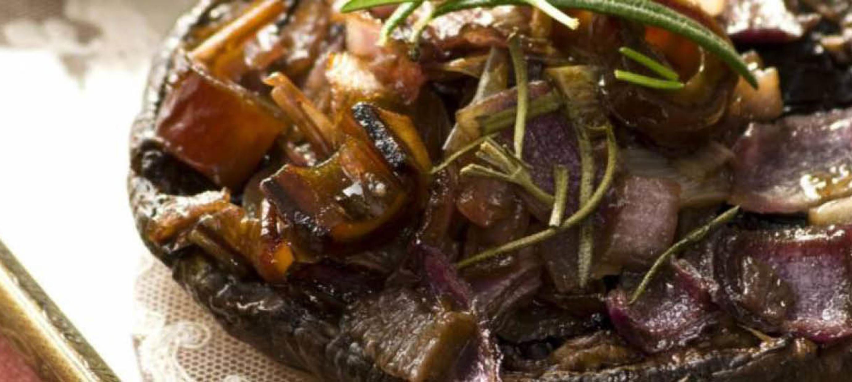 Portobello met een vulling van gekaramelliseerde rode ui, dadel en rozemarijn