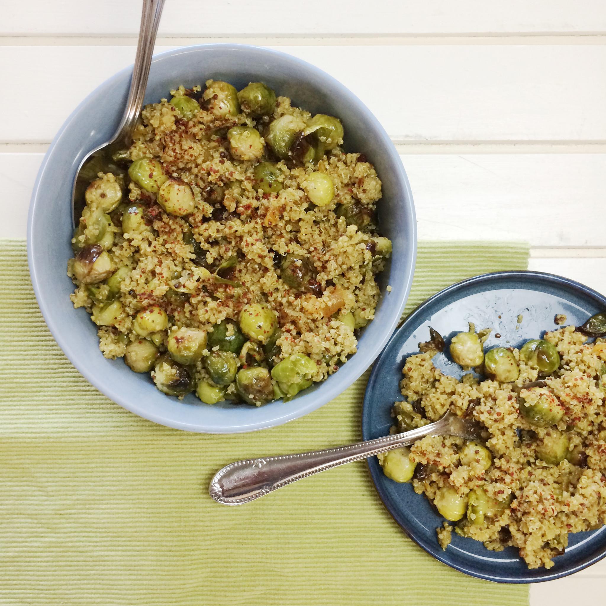 Quinoa met geroosterde spruitjes, abrikozen en tahindressing
