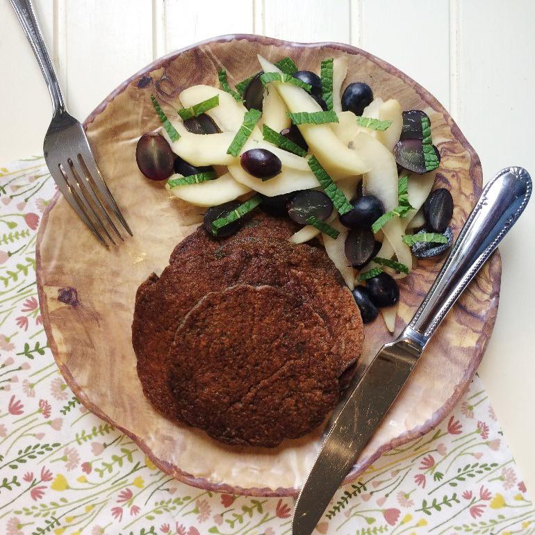Havermout-druivenpannenkoekjes met peer op bord