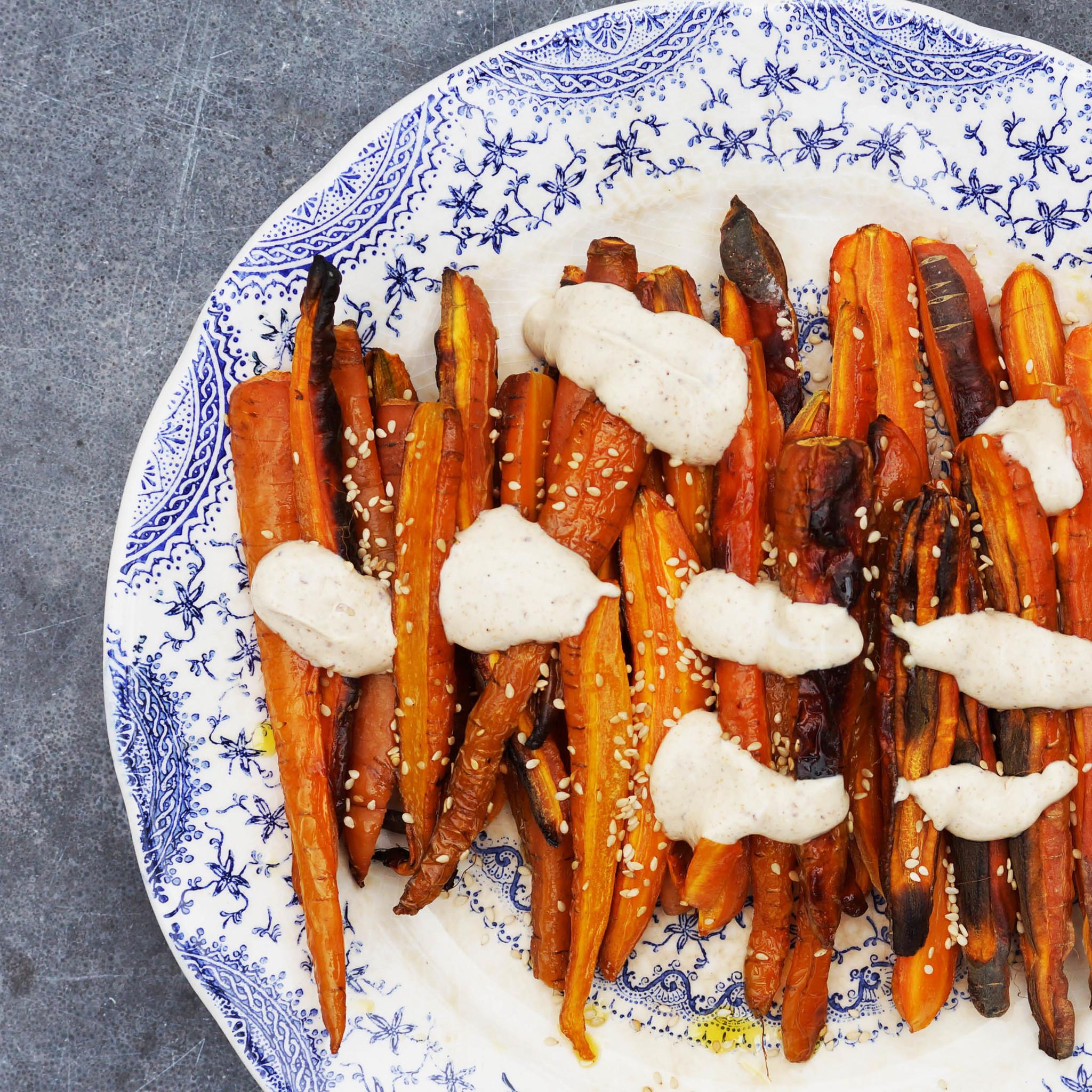 Geroosterde wortels met Tahinsaus op bord