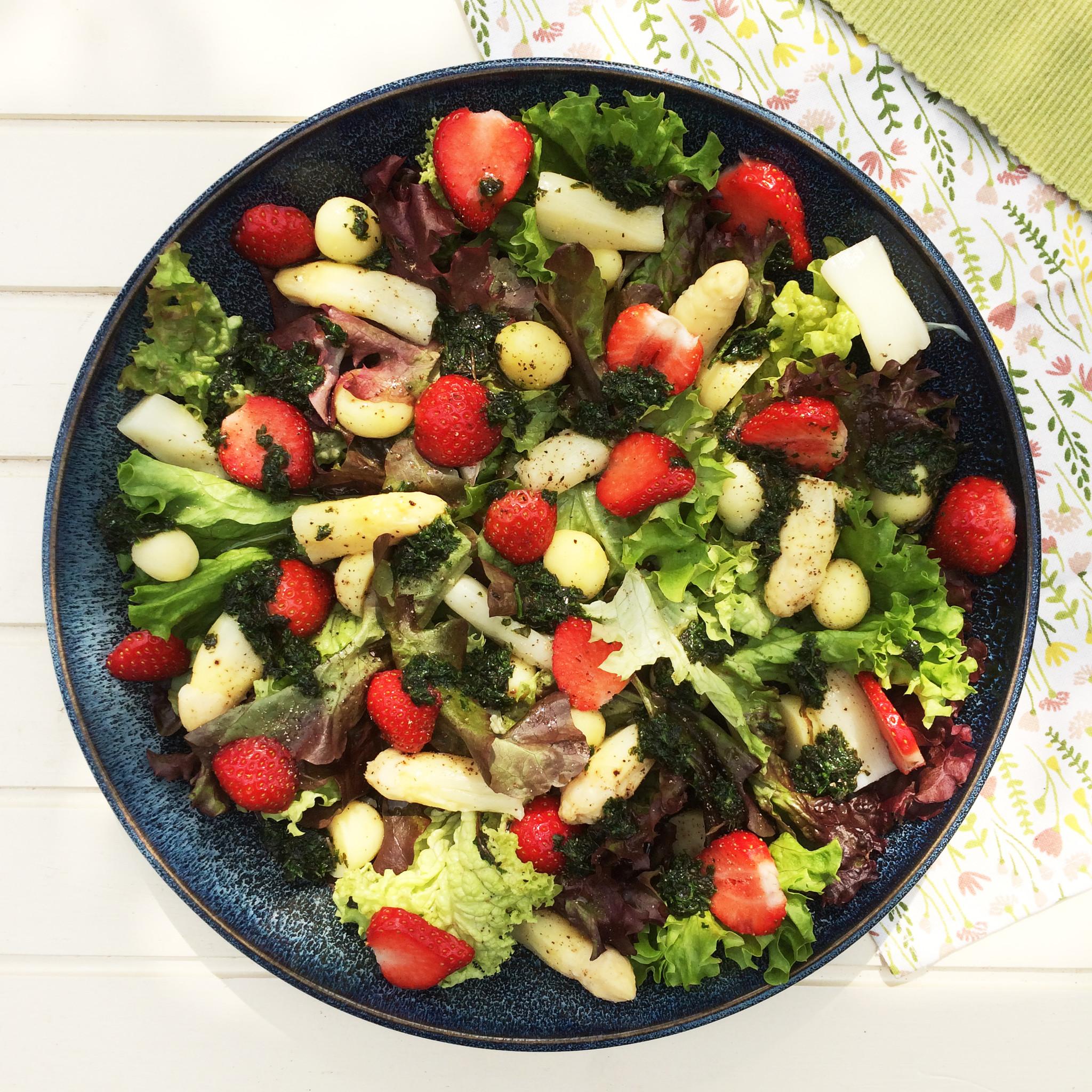 Salade recept met asperges aardbeien en balsamico