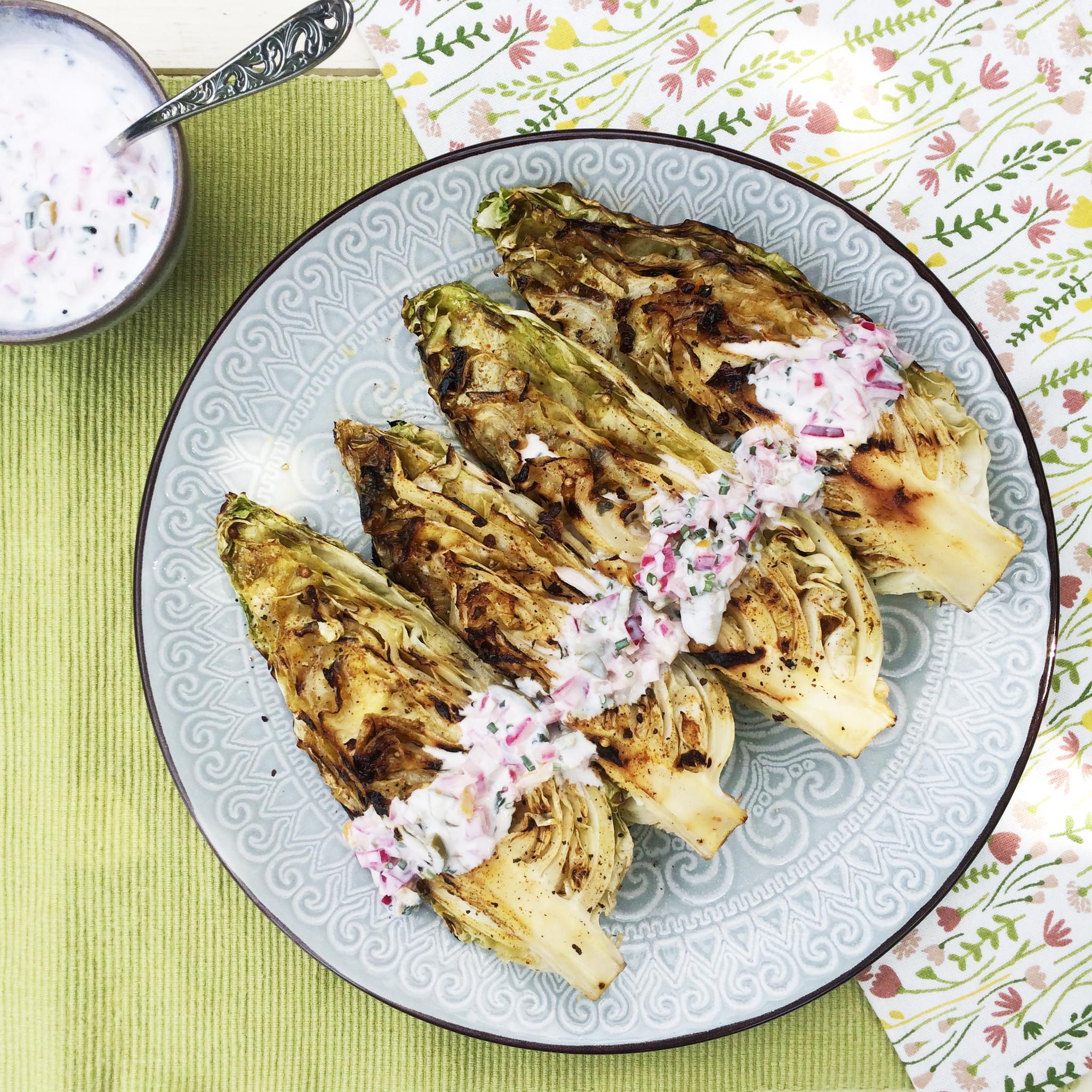 Gegrilde spitskool met Ras el Hanout en ingelegde citroen op bord