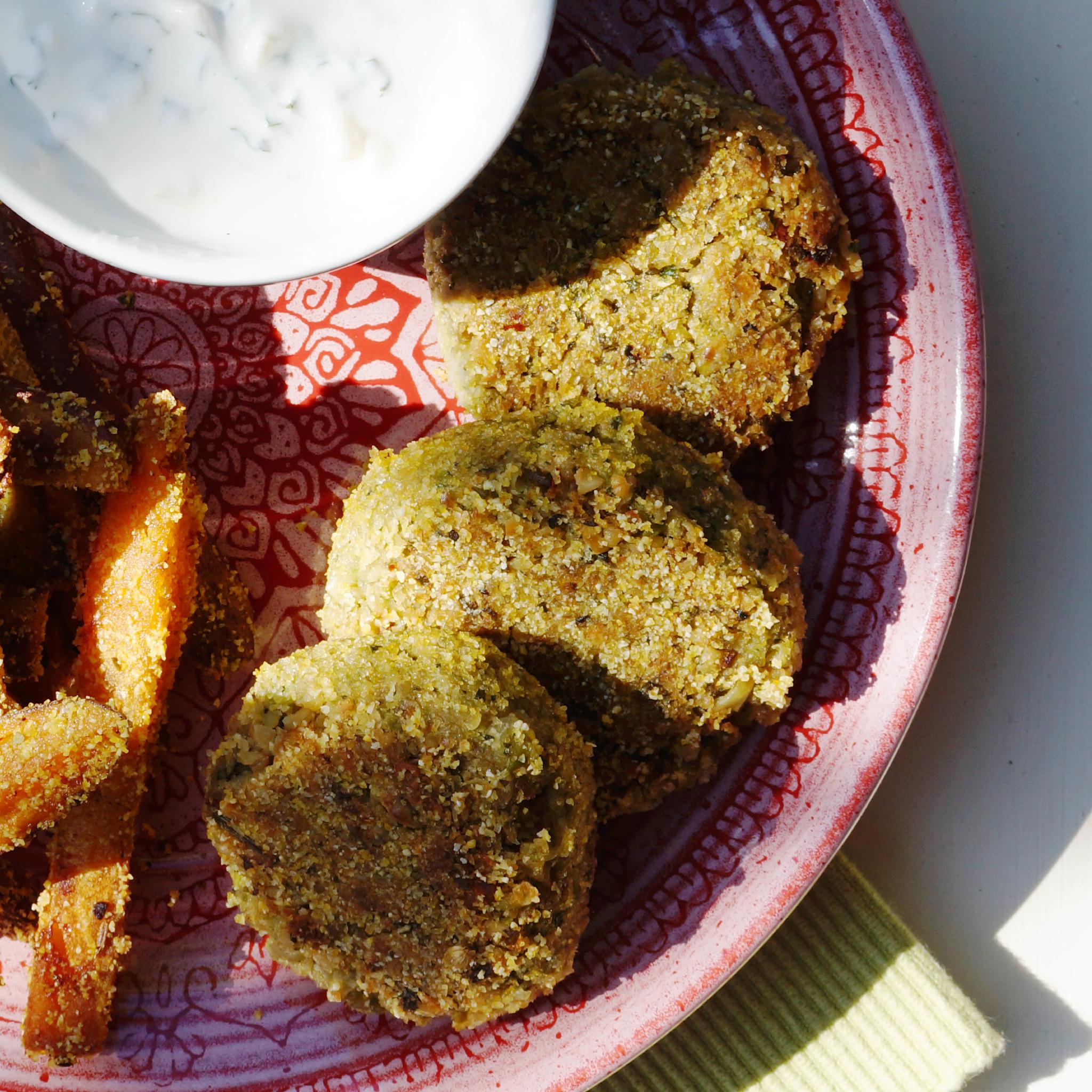 Kikkererwtenburgers met tuinbonen en knoflook op bord close-up