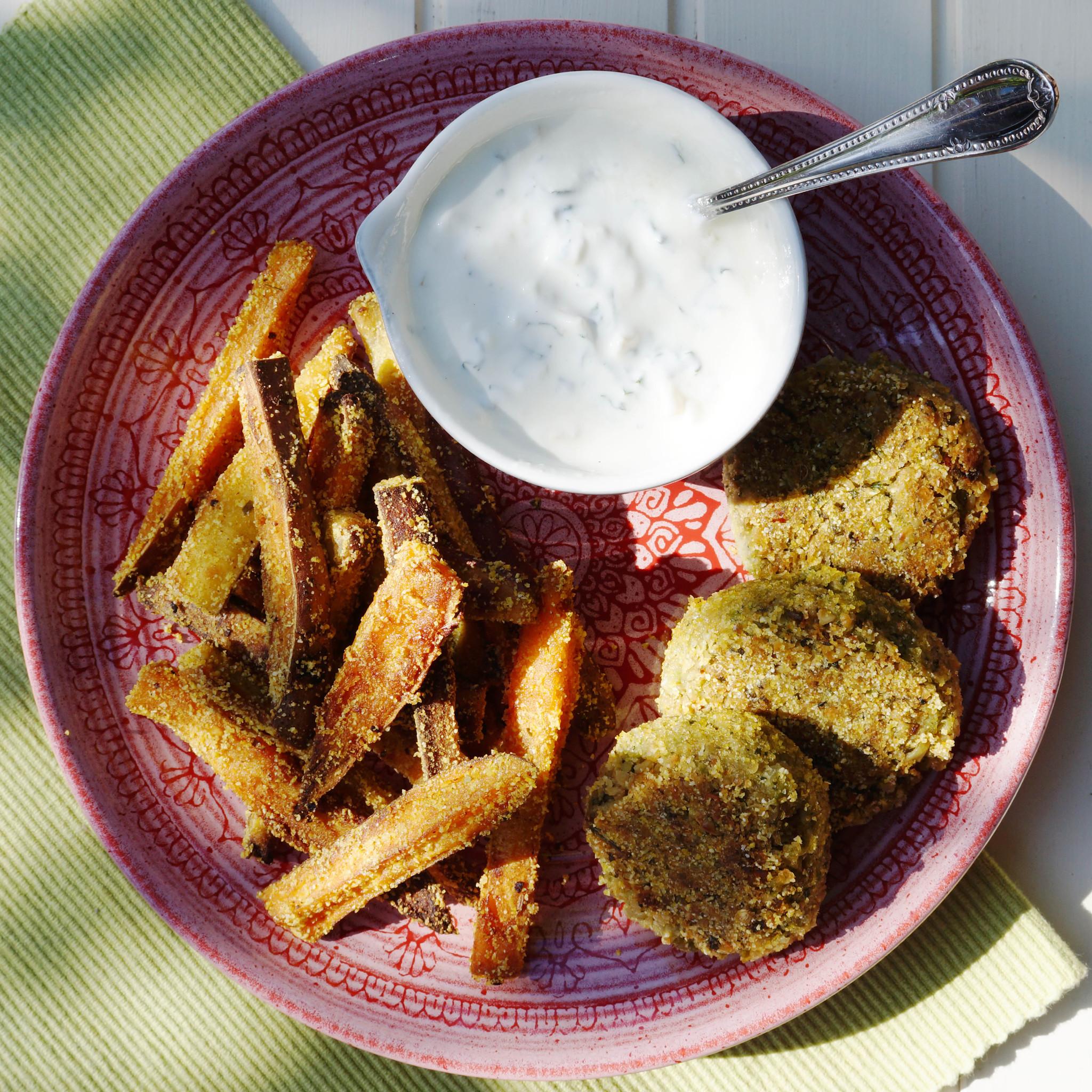 Kikkererwtenburgers met tuinbonen en knoflook op bord