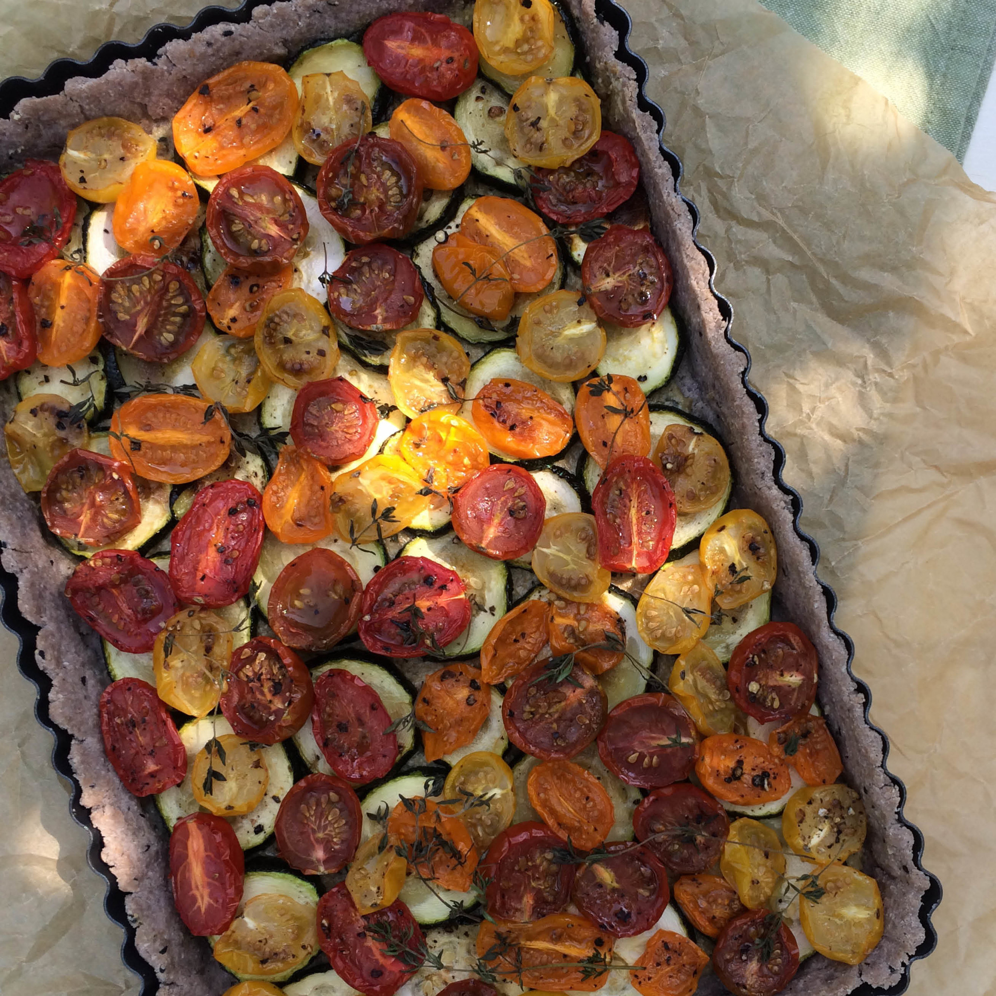 Glutenvrije Quiche met tomaatjes en vegan roomkaas in bakblik