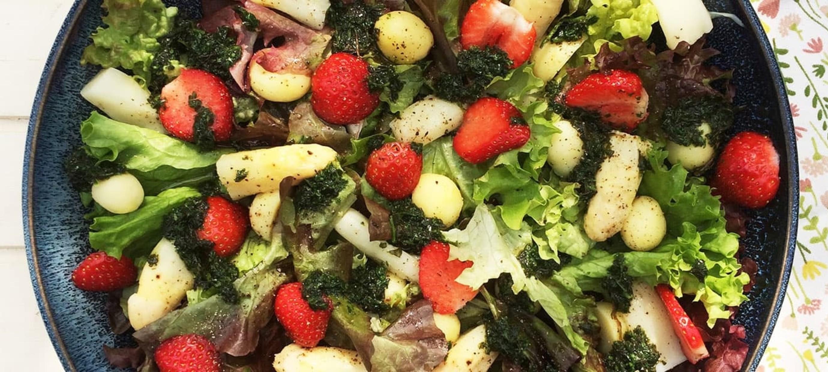 Salade met asperges, aardbeien en balsamico dressing