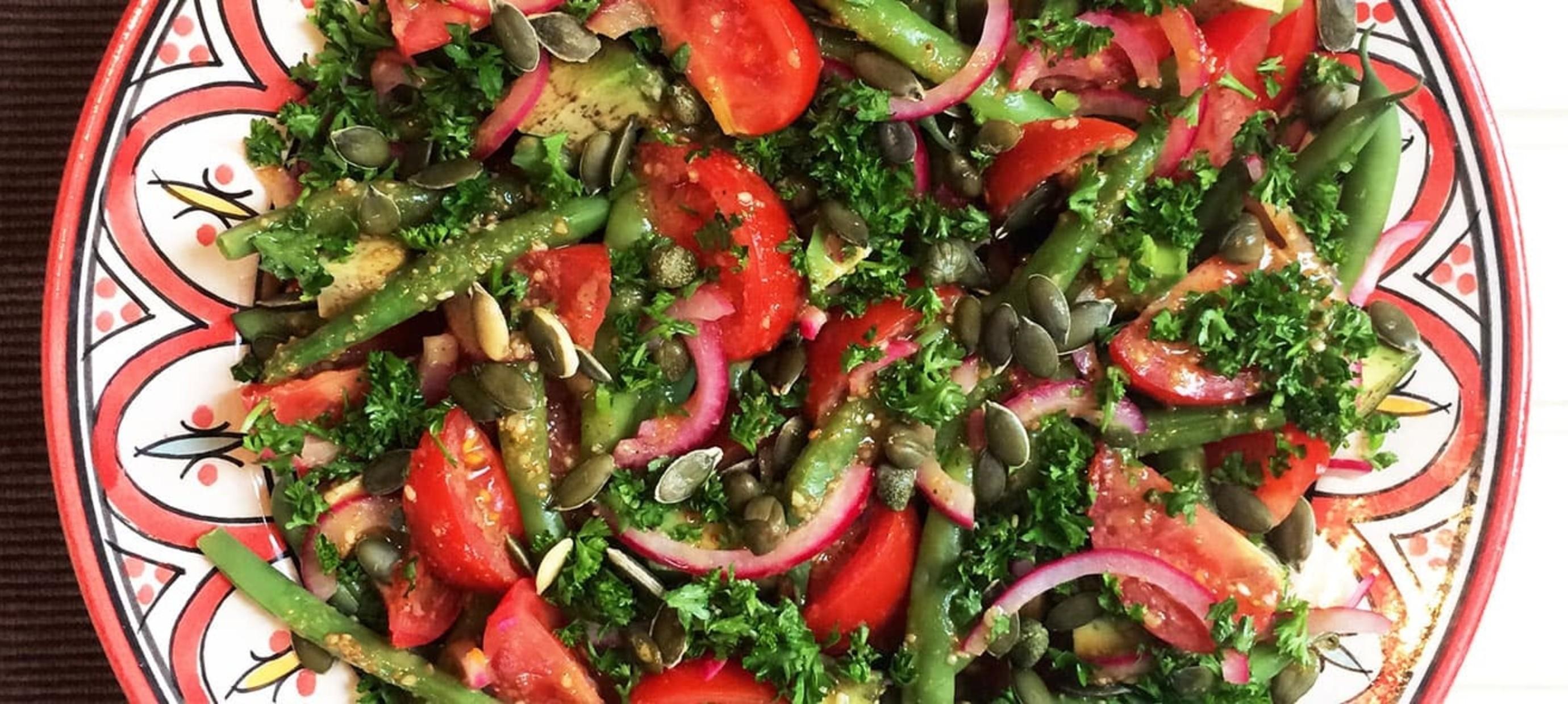 Sperziebonen-tomatensalade met avocado en tahindressing