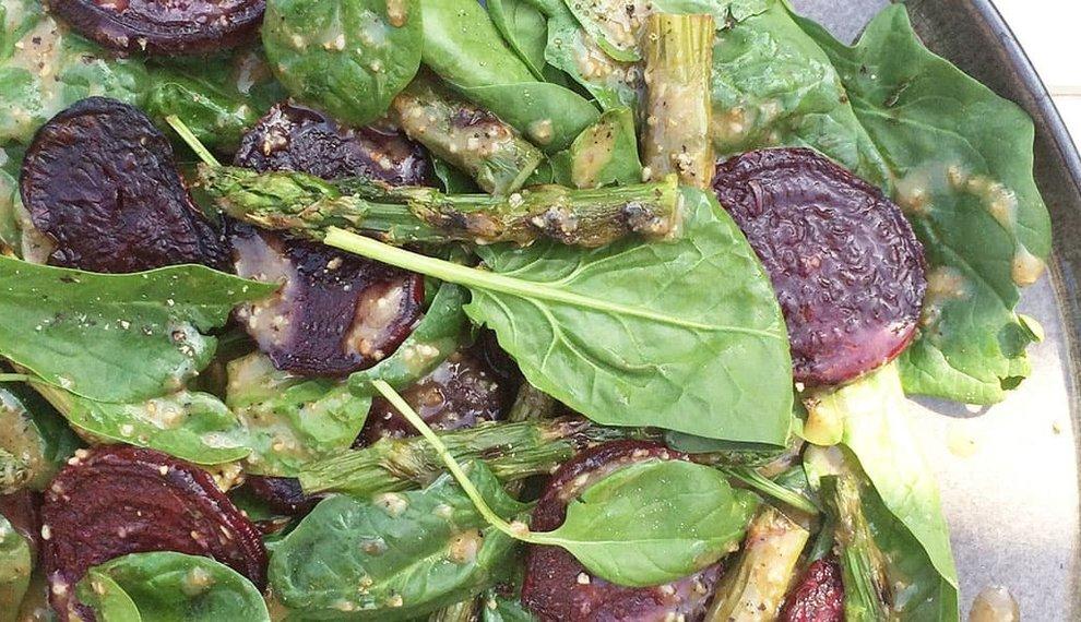 Groene aspergesalade met bietjes en Tahin dressing