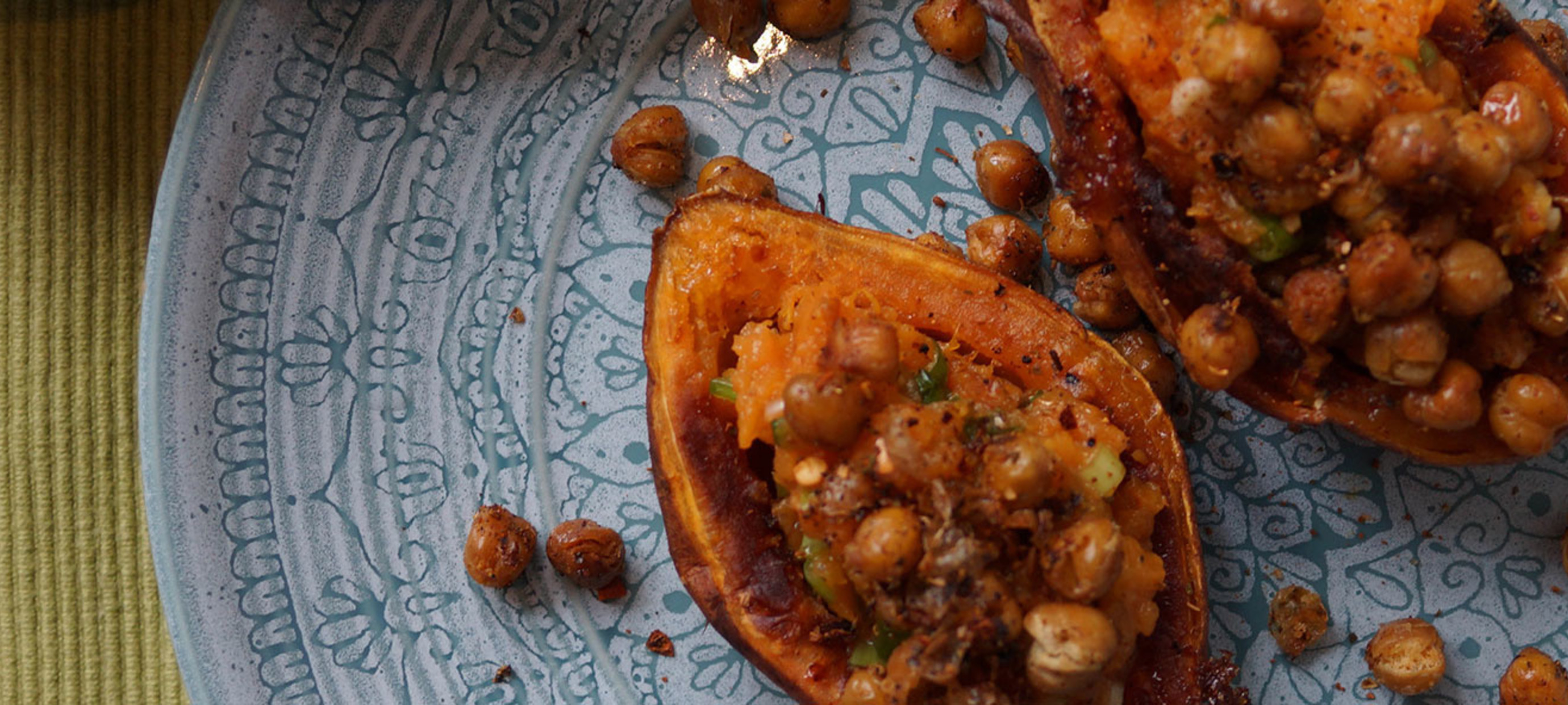 Zoete aardappel met lente-ui puree en knapperige kikkererwten