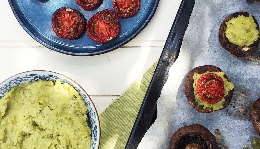 Gevulde kastanjechampignons met tuinbonen en tomaat