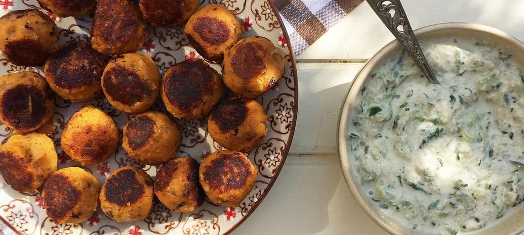 Kruidige balletjes van zoete aardappel met vegan Tzatziki