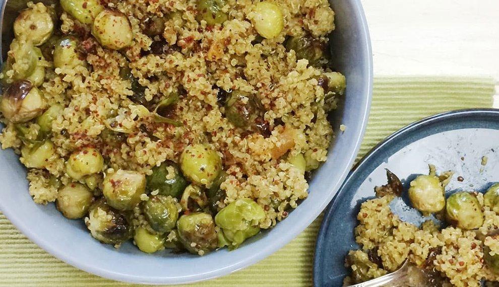 Quinoa met geroosterde spruitjes, gedroogde abrikozen en tahindressing