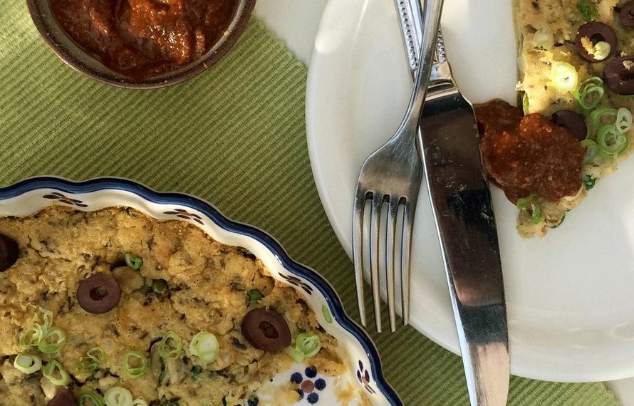 Vegan fritatta met geroosterde paprika dip