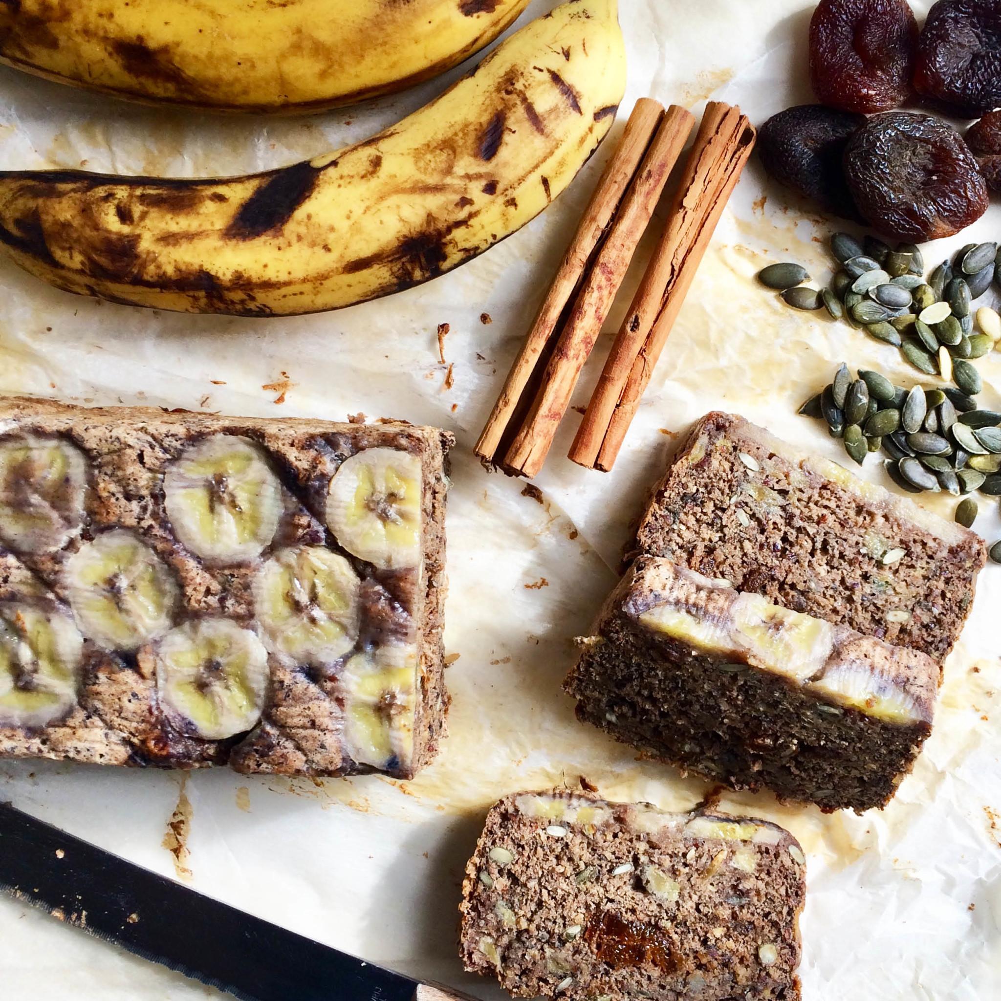 Gebakken bananenbrood met ingrediënten