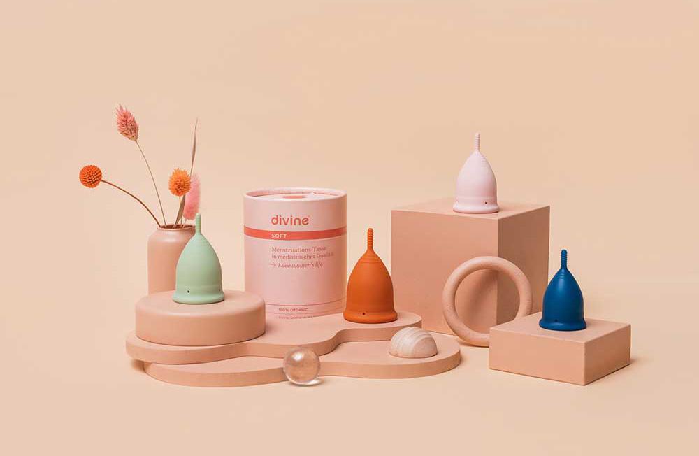 Menstruatiecups in verschillende kleuren op display