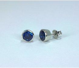 zilver oorknopje met diepblauwe zirkonia